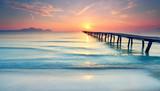 langer Holzsteg am Strand - 186724371