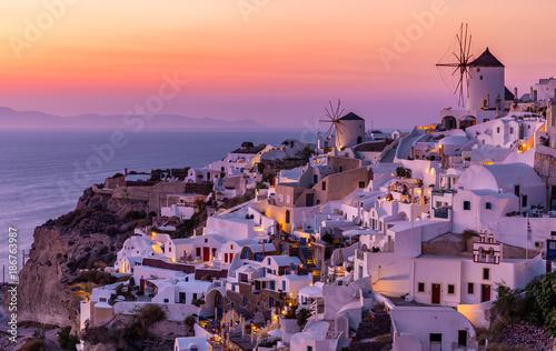 Das Dorf Oia auf Santorini bei einem romantischen Sonnenuntergang, Griechenland