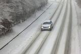 Winterliche Straße mit Auto in Bewegungsunschärfe