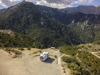 Wohnmobil parkt am Bergpass Luftbild