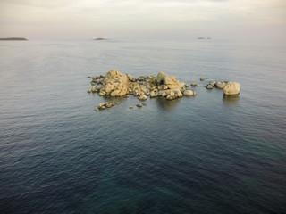 Steine im Meer Luftbild