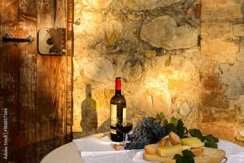 Deurstickers Toscane Rotwein und Käse im Abendlicht