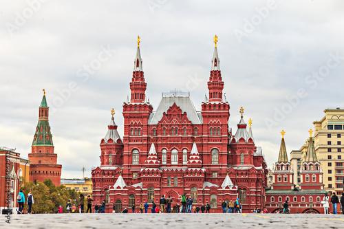 Strzelający dziejowy muzeum w Moskwa fotografował od zmielonej perspektywy przy dniem w chmurnym niebie w Październiku 2014