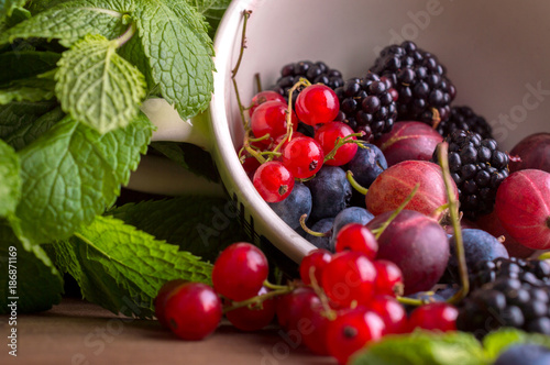 Foto Murales Berries on a wooden background