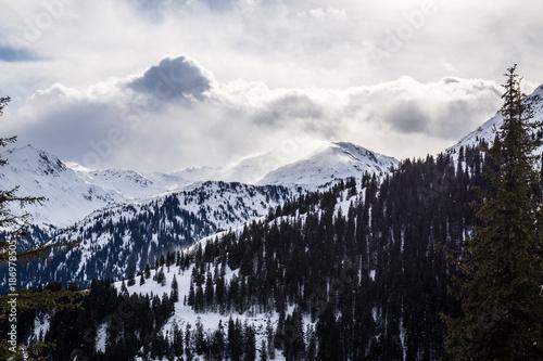 Keuken foto achterwand Zwart Ausblick auf die schneebedeckten Berge mit Wolken im Winter