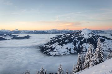 Berglandschaft über dem Nebel mit Blick ins Tal beim Sonnenuntergang