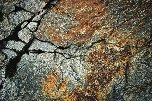 In de dag Stenen rusty granite crack of rock
