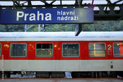 Internationaler Nachtzug im Prager Hauptbahnhof Poster