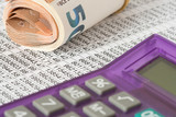 Euro Geldscheine und eine Tabelle für eine Kalkulation - 187014191