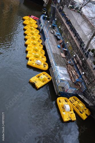 Foto op Canvas Praag Tretboote auf der Moldau in Prag