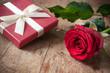 composition st valentin sur table en bois