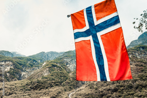 Foto Murales norwegian flag on green mountains background