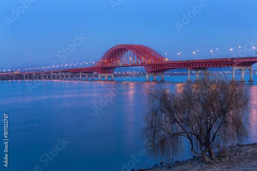 Deurstickers Seoel Banghwa Bridge at night in Seoul South Korea.