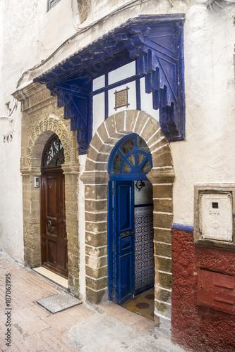 Poster Smal steegje Blaue Türen in Essaouira