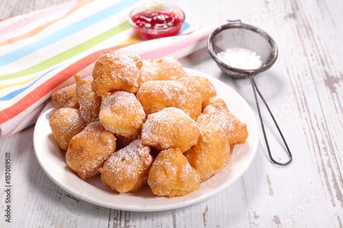 Staande foto Bol french donut, pet de none