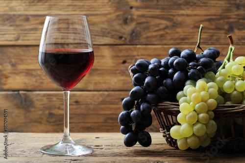 Bicchiere Di Vino Rosso Su Sfondo Rustico Buy Photos Ap Images