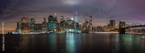 Foto op Canvas Brooklyn Bridge NEW YORK, UNITED STATES OF AMERICA - APRIL 30, 2017: New York City Manhattan skyline panorama with skyscrapers building at dusk illuminated with lights at sunset.