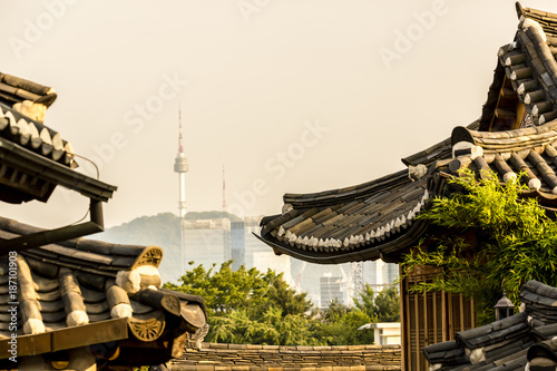 Foto op Canvas Seoel View of Namsan tower from Bukchon Hanok Village, Seoul, South Korea