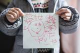 落書きを持つ子供