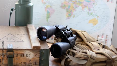 Fotobehang Wereldkaarten Outdoorbox mit Fernglas und Thermoskanne