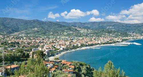 Fotobehang Liguria Blick auf den beliebten Badeort Diano Marina an der italienischen Riviera,Ligurien,Italien