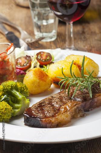 Fotobehang Steakhouse Gegrilltes Steak mit Gemüse und Wein