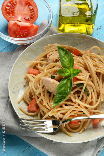 whole wheat spaghetti with mackerel fillets and tomato