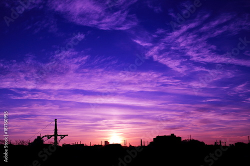 Fotobehang Violet 美しき冬の朝焼けと街並み