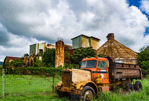 Fotobehang Oude verlaten gebouwen Abandoned Old Koloa Sugar Mill in Kauai, Hawaii