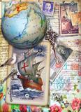 Sfondo veliero,mappamondo e cartoline vintage con disegni,collage,vecchi francobolli e manoscritti. Souvenirs di viaggio