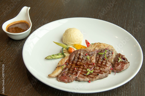 Keuken foto achterwand Steakhouse beef steak and sauce