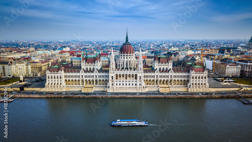Foto op Plexiglas Boedapest Budapest, Hungary - Aerial skyline view of the Parliament of Hungary with sightseeing boat on River Danube