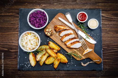 Grilled chicken fillet and vegetables - 187185146