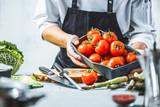Chefkoch in der Küche mit Frischem Gemüse(Tomaten) - 187200526
