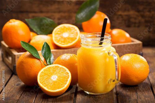 słoik ze świeżego soku pomarańczowego ze świeżymi owocami