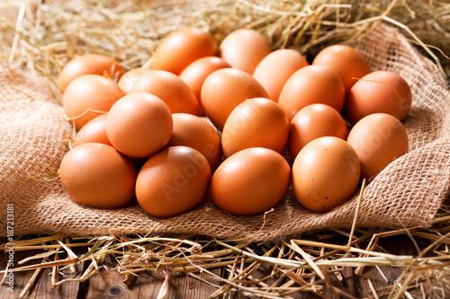 Foto Murales Eggs in a heap of Hay