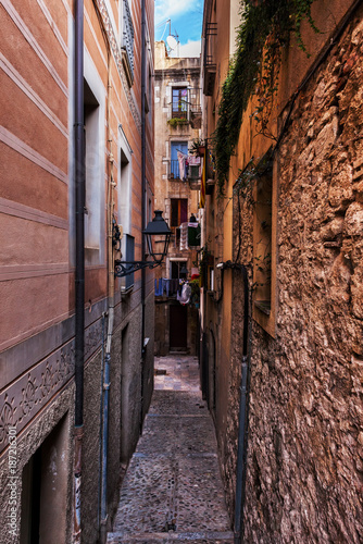 Keuken foto achterwand Smal steegje Narrow Alley And Houses In Girona City Old Quarter