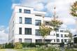 Leinwanddruck Bild - Mehrfamilienhaus in einem Neubaugebiet in Deutschland