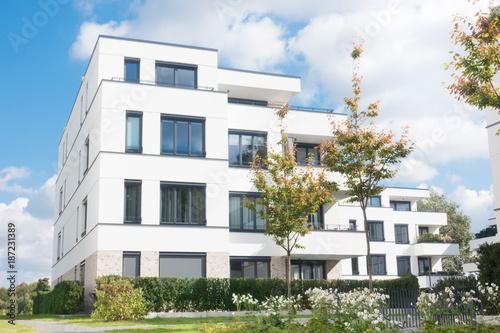 Leinwanddruck Bild Mehrfamilienhaus in einem Neubaugebiet in Deutschland
