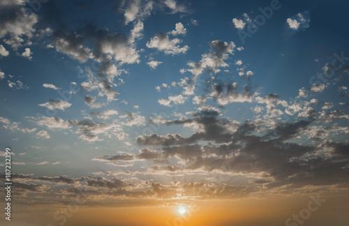 Tlo  Chmury na błękitnym niebie podczas zachodu słońca - 187232399