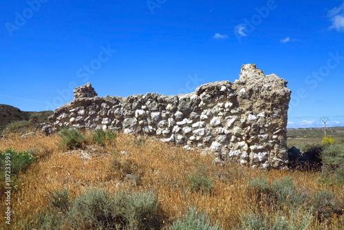 Aragonien, Wüstenlandschaft und Ruine einer Wehranlage, Spanien
