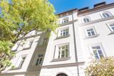 helle Hausfassade eines Mehrfamilienhauses - 187234700