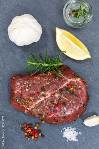 Fotobehang Steakhouse Fleisch Steak roh Rindfleisch Hochformat von oben Schieferplatte