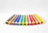 Kolorowe kredki na białym tle - 187254191