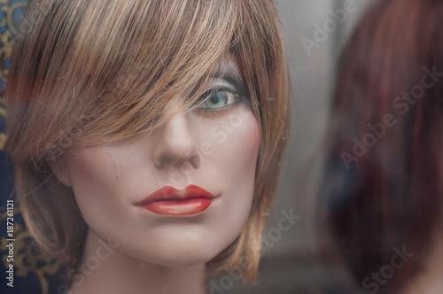 Deurstickers Kapsalon mannequin en vitrine avec perruque