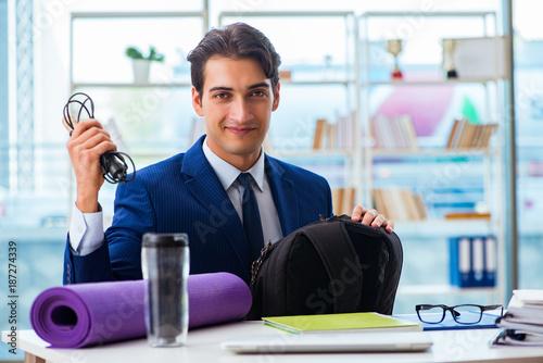 Foto Murales Man getting ready for sports break in the office