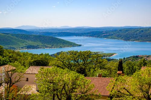 Aluminium Blauwe hemel Vue panoramique sur le lac de Sainte-Croix depuis de village d'Aiguines. Provence, France.