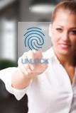 junge Frau nutzt Fingerabdruck als Authentifizierungsmethode