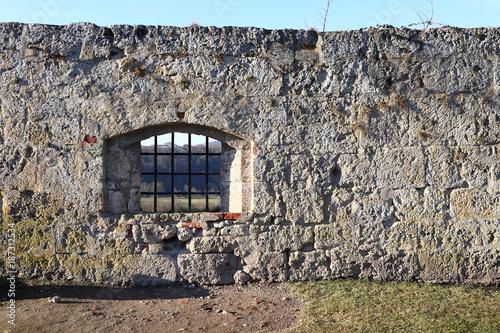 In de dag Baksteen muur Mauer mit Fenster auf einer Burg