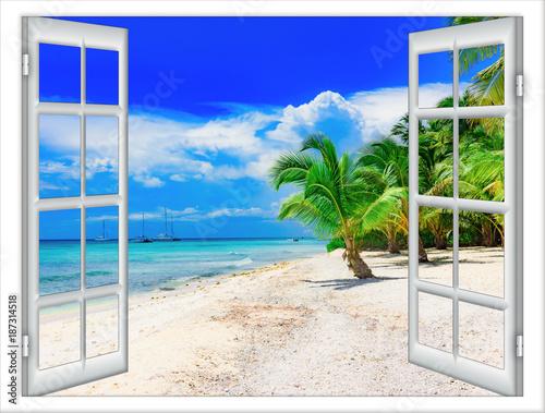 do-salonu-okno-z-widokiem-na-tropikalna-plaze